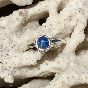 Clara model ring in silver with 0,85 carat star sapphire.